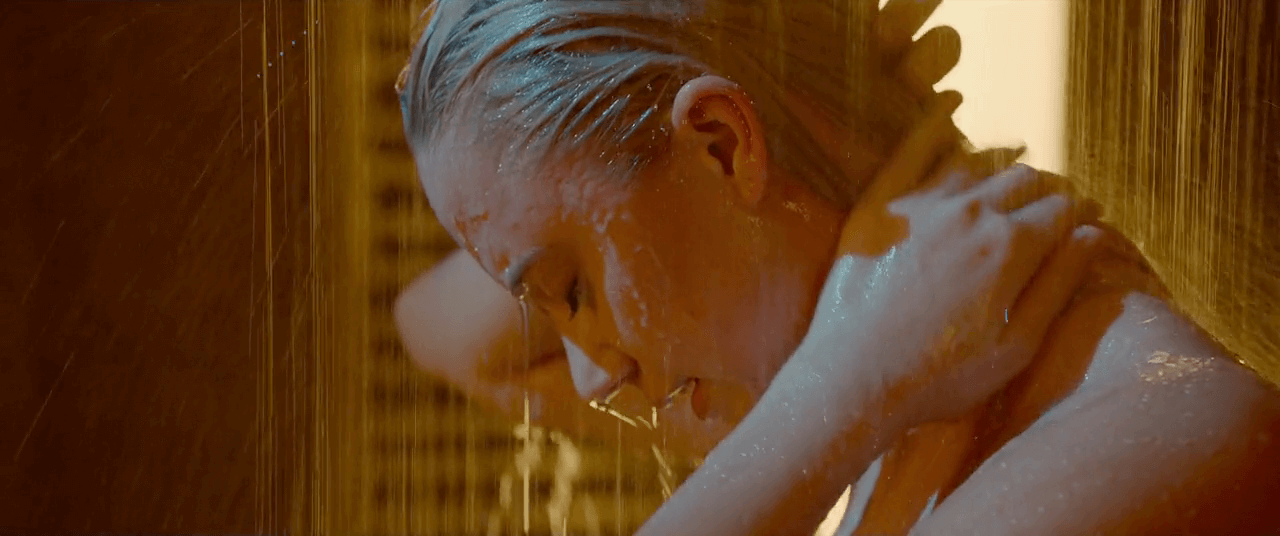 Tau Maika Monroe shower